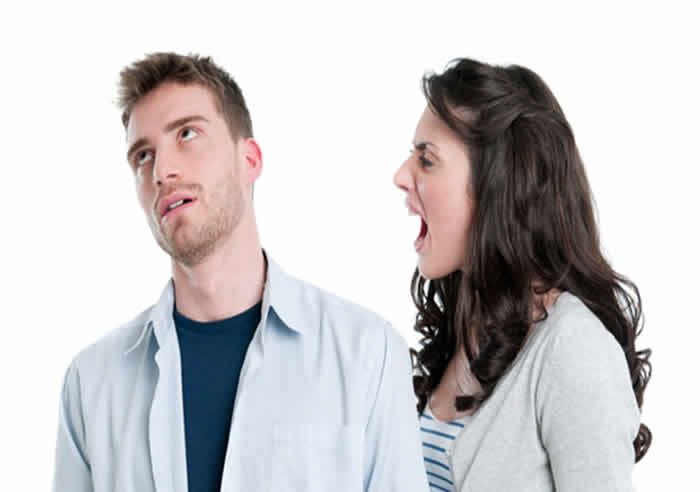 Homem ouvindo grito da mulher